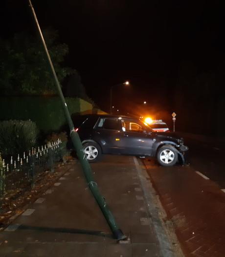 Bestuurster ramt lantaarnpaal in Veghel en moet blazen van politie