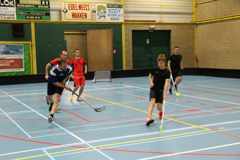 De floorballers zijn op zoek naar nieuwe leden die in de sporthal van Markegem mee willen trainen.