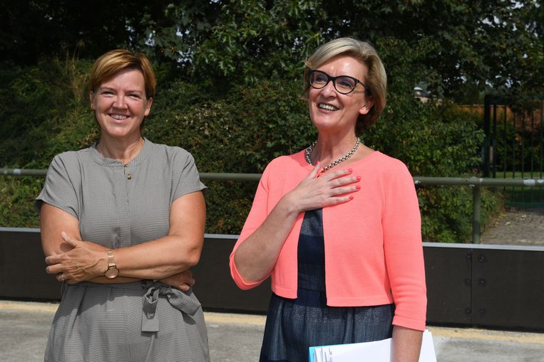 Schepen Els Van Hoof en gedeputeerde Ann Schevenels geven uitleg over het project.