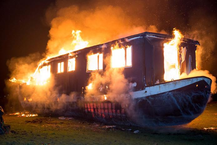 Een woonark die in een weiland aan de Sleeuwijksedijk in Werkendam lag is in vlammen opgegaan.