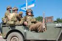 'Amerikanen'  in een jeep op een kruispunt tijdens een eerdere versie van 'Race to the Bridge'.
