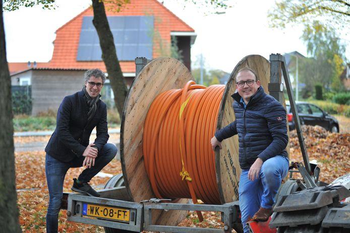 Thijs Aardema (links) en Ruben Budding brengen glasvezel naar Renkum