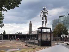 Gigantische robot in Enschede alweer verdwenen? 'Krijgt dikkere benen'