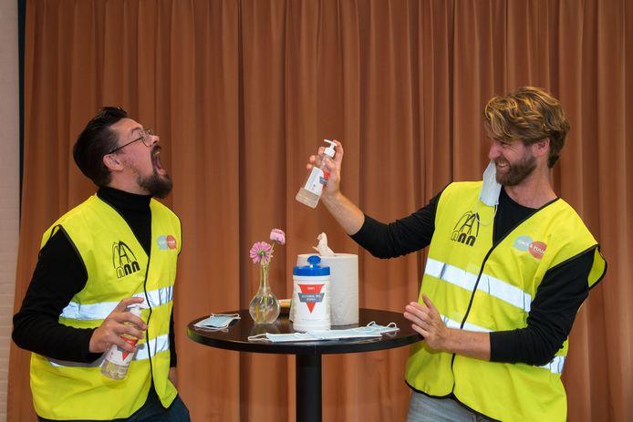 Cabaretiers Sjors Noordsij (l) en Ruud Moesbergen zijn aan het repeteren voor hun voorstelling Het Nieuwe Normaal. Mondkapjes, handgel, veiligheidshesjes, alles komt aan bod.