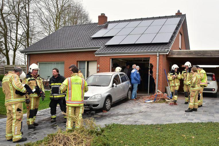 De Opel Corsa botste tijdens het achteruitrijden nogal hevig tegen de muur en de poort van de garage bij de overburen.