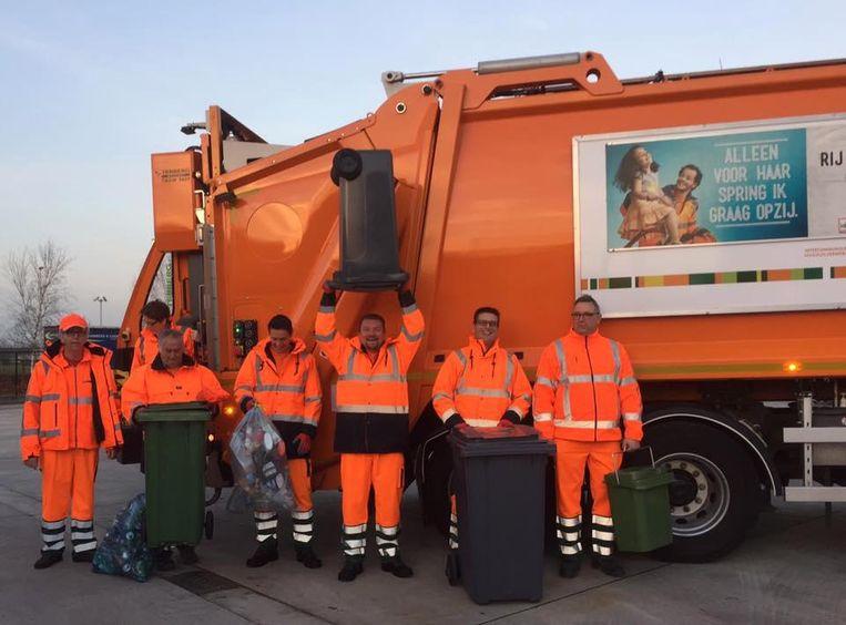 Schepen van Wachtebeke Piet Penneman (centraal) en Moerbeeks burgemeester De Caluwé waren gisterenochtend vroeg uit de veren voor een ophaalronde.