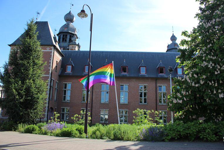 De regenboogvlag wappert elk jaar aan het gemeentehuis van Duffel.