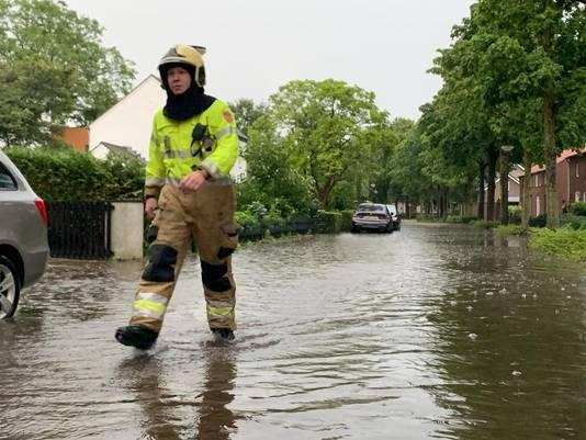 In Haaren is de brandweer aanwezig, verschillende huizen zijn daar volgelopen met water.