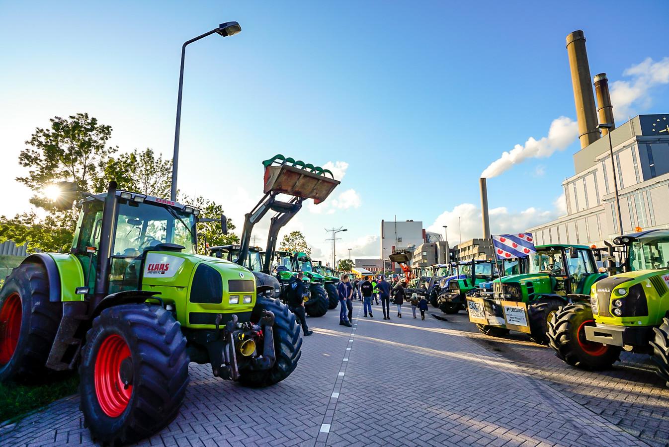Protesterende boeren bij de Amercentrale in Geertruidenberg