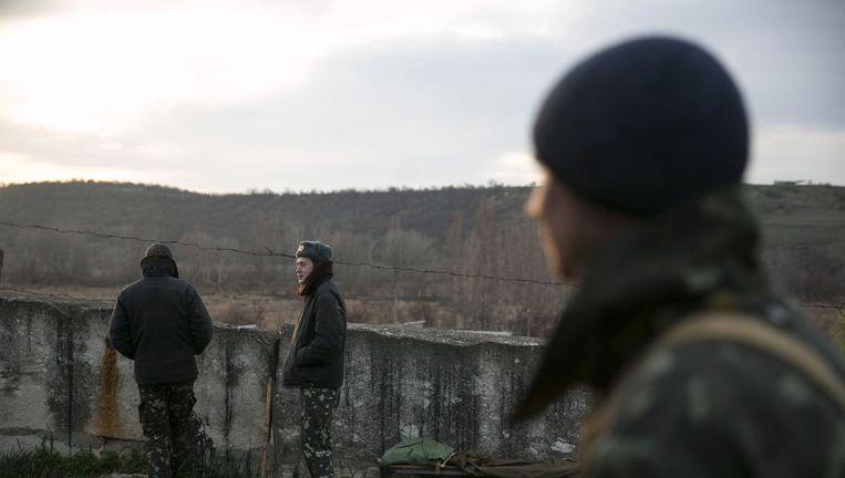 Oekraïense militairen vandaag bij de legerbasis vlakbij Sebastopol. Beeld reuters