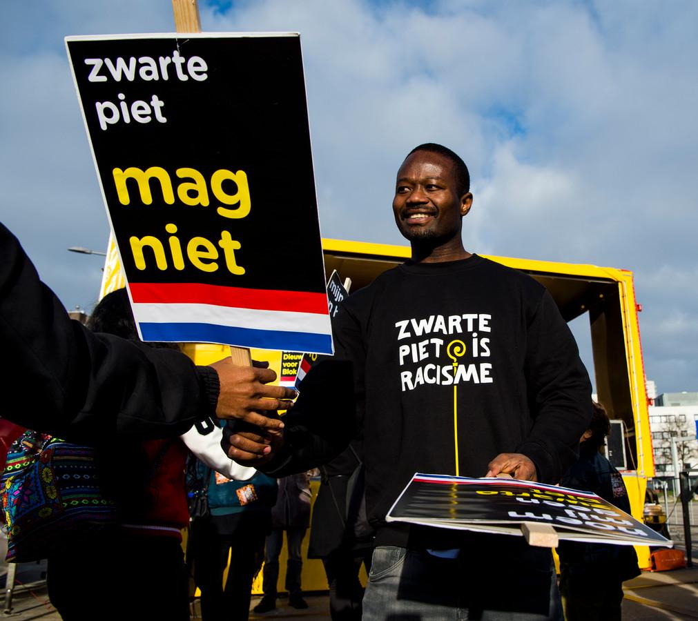 Demonstratie Kick Out Zwarte Piet, Zwarte Piet, bij het Grote Feest van Sinterklaas in Ahoy in Rotterdam. Jeffrey Afriyie. FOTO MARCO DE SWART