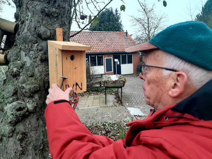 Albert Eshuis opent een van de nestkastjes voor een schoonmaakbeurt.