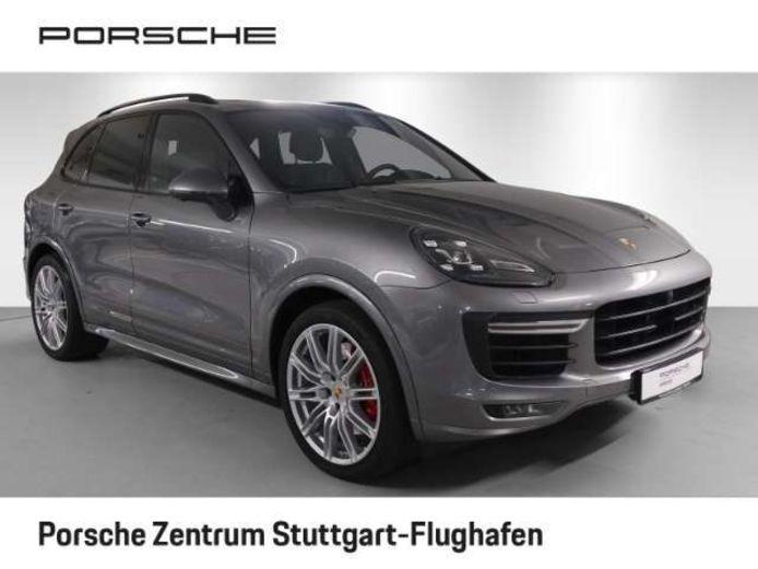 Vooral bij grote en dure auto's, zoals deze Porsche Cayenne die te koop staat in het Duitse Stuttgart, kan importeren flink wat geld schelen