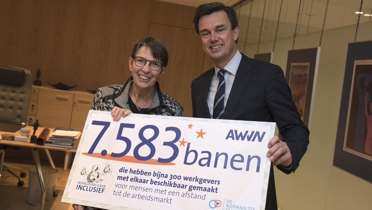 Vorige week ontving staatssecretaris Klijnsma (l) een cheque van AWVN-directeur Van de Kraats met het aantal banen dat bedrijven hebben geschapen voor mensen met een beperking. De teller op de website van AWVN staat echter op zo'n 3000 banen. Beeld anp