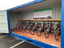Fietsersbond deelt krentenbollen uit aan mensen die met de fiets over de N3 gaan