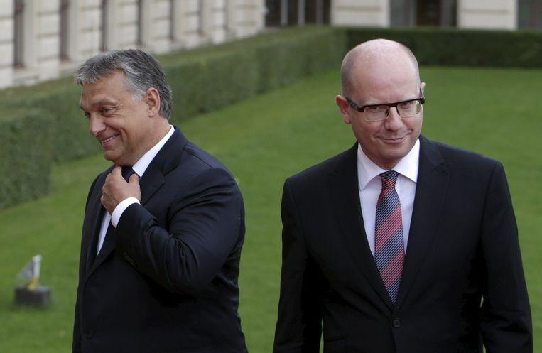 De Tsjechische premier Bohuslav Sobotka (R), hier met de Hongaarse premier Viktor Orban. Beeld reuters