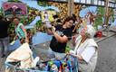 Carin Sleurink en de 84-jarige Ties Hogenbirk bij de muurschildering op de zijgevel van Albert Heijn.