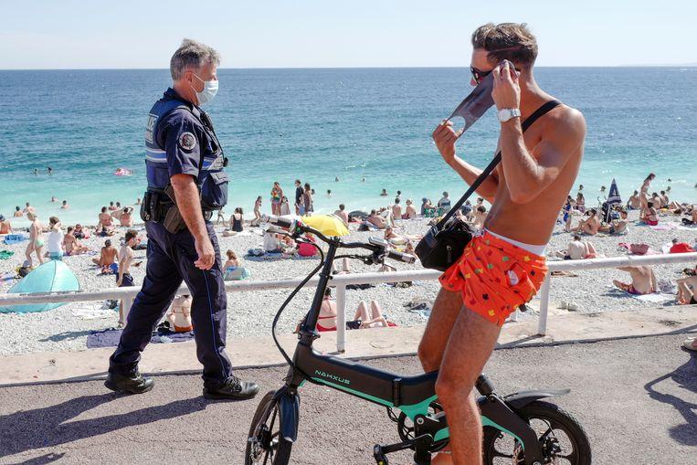 Franse handhaving op het strand in Nice.  Beeld Hollandse Hoogte / AFP