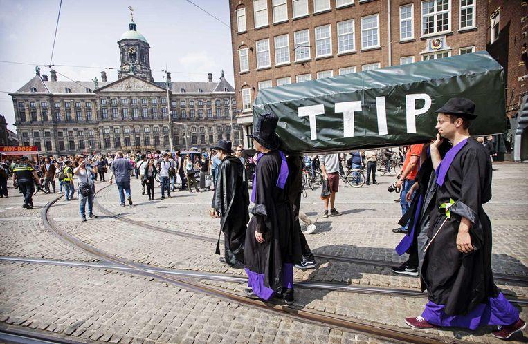 Vorig jaar werd het handelsverdrag Ttip symbolisch op de Dam begraven Beeld anp