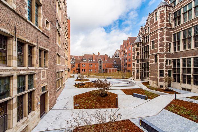 Het Leonie Glassplein, de nieuwe binnentuin achter het stadhuis.