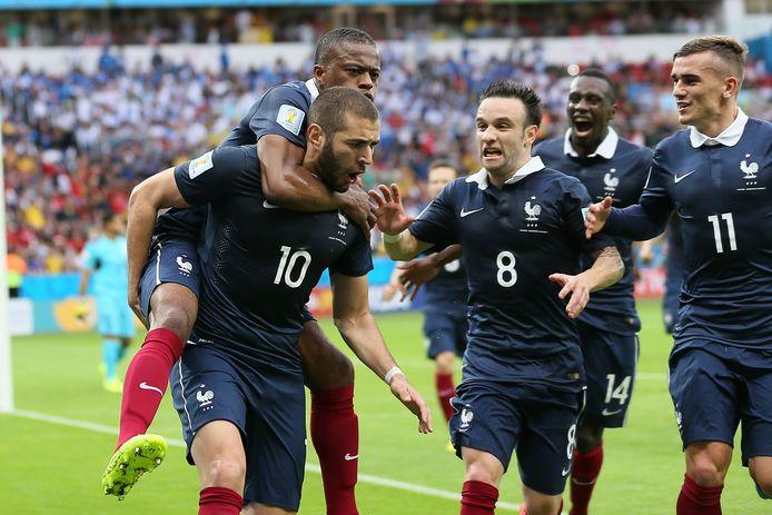 Evra viert op de rug van Benzema een goal van de spits in het shirt van de nationale ploeg.
