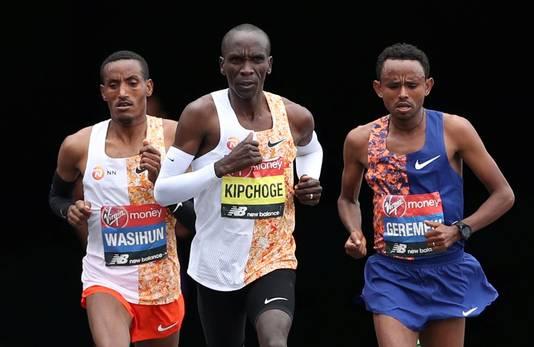 Eliud Kipchoge (midden) met Mosinet Geremew (rechts) en Mule Wasihun.