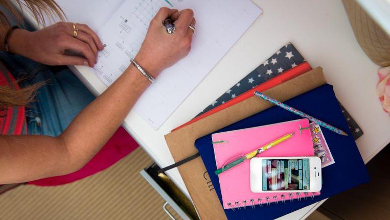 Kinderen worden vandaag de dag geboren met een smartphone in hun hand, maar in het onderwijs besteden we nog amper aandacht aan hoe daar mee om te gaan Beeld anp