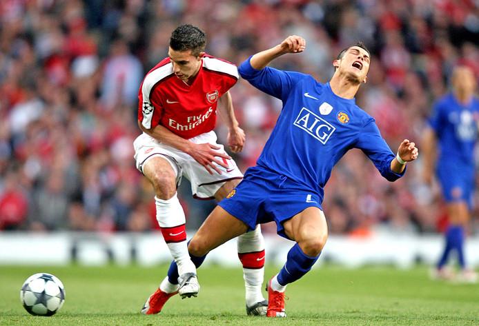 Robin van Persie in duel met Cristiano Ronaldo in de halve finale van de Champions League in 2009.