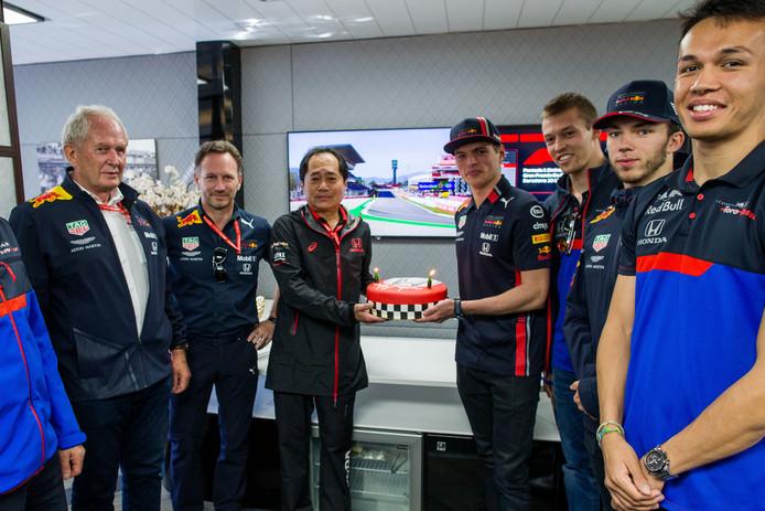 Honda-baas Toyoharu Tanabe krijgt rond de GP van Spanje uit handen van Max Verstappen een verjaardagstaart.