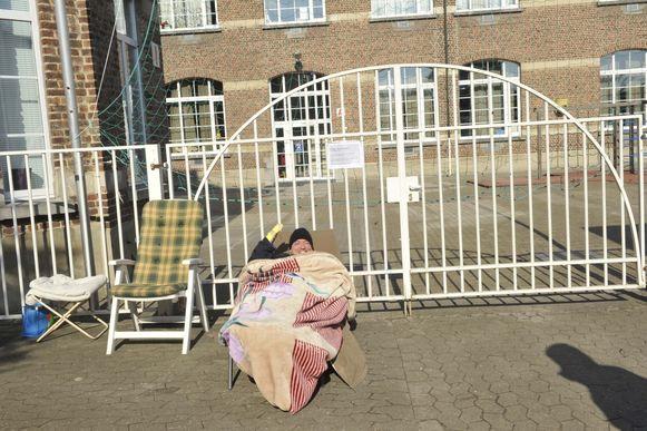 Papa Gunther Lodewijckx heeft zich lekker comfortabel in een veldbed pal voor de poort genesteld.