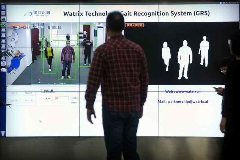 Watrix demonstreert in hun hoofdkantoor in Beijing hoe hun loopherkenning werkt.