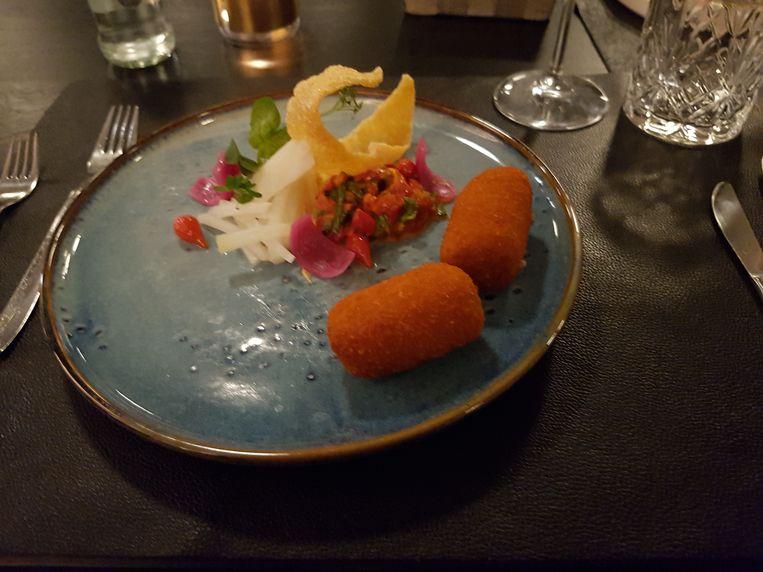Het voorgerecht: kroket van scampi en rode curry met paprika en zoetzure koolrabi.