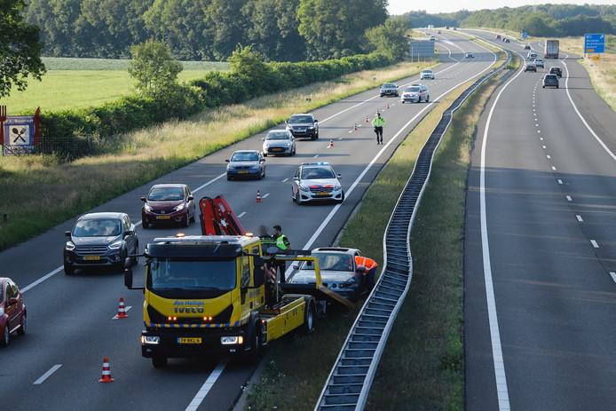 De man botste met zijn auto tegen de middengeleider van de A73.