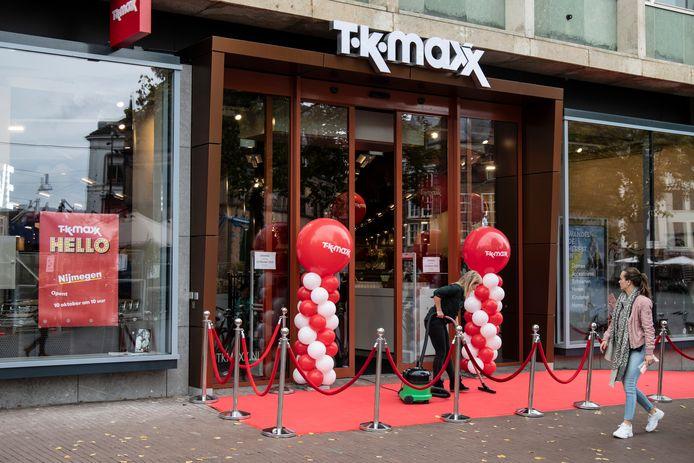TK Maxx opent donderdag 10 oktober haar vestiging aan de Grote Markt in Nijmegen. Voor de opening wordt de rode loper nog even gestofzuigd.
