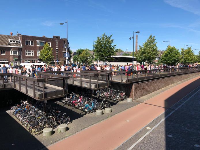 Lange rijen voor NS-bussen op station Breda.