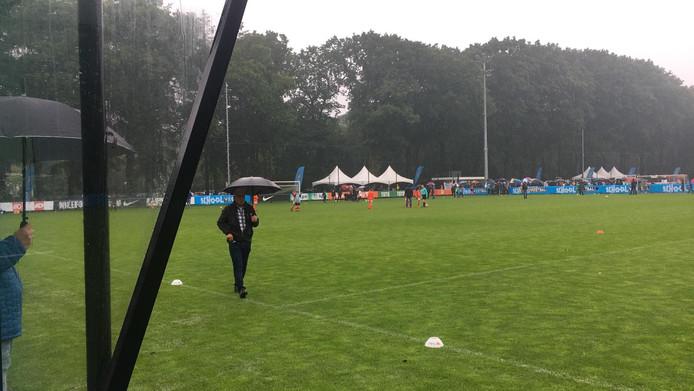 Noodweer op het KNVB-complex in Zeist. De regen maakte verder spelen onmogelijk.