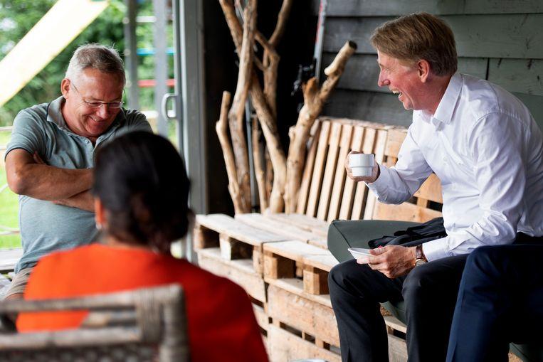 Dick Benschop, directeur van Schiphol, doet nu weinig anders dan videobellen. In augustus 2019 ging hij in een buurthuis in gesprek over geluidsoverlast. Beeld Olaf Kraak