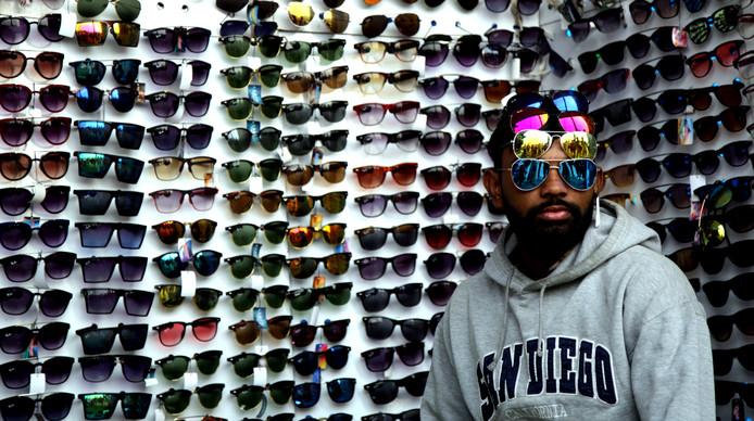 Keuzes maken is niet altijd makkelijk. Deze verkoper van zonnebrillen in het Indiase Chak Jhiri heeft zijn vier favoriete zonnebrillen maar op het hoofd gezet. Foto: Jaipal Singh