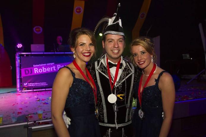 De nieuwe Oosterhoutse prins Jordi de Deurcrosser en zijn dames.