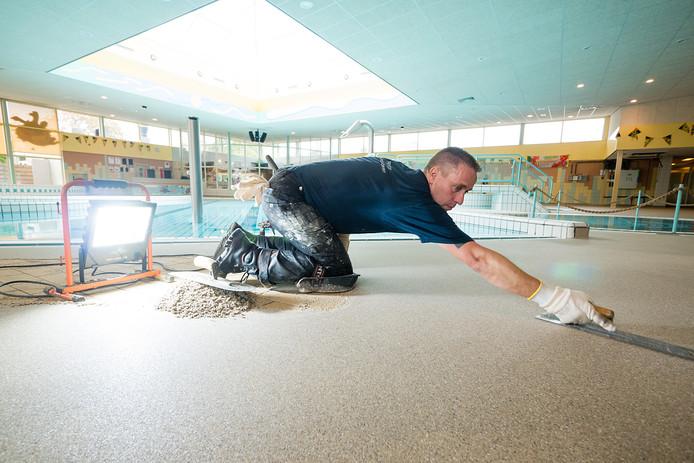 De vloertegels rondom het recreatiebad in zwembad De Hoorn in Alphen worden bedekt met een anti-slip vloer.