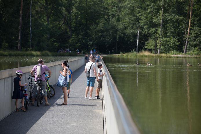 Niet enkel fietsers, maar ook wandelaars passeren door de strook van 200 meter.