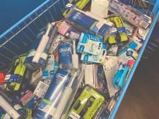 Mannen proberen kar vol scheermesjes, elektrische tandenborstels en luchtverfrissers te stelen uit AH
