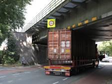 Vrachtwagen klem onder spoorviaduct, treinverkeer tussen Dieren en Arnhem hervat