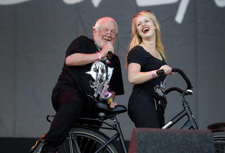 Pinkpopbaas Jan Smeets springt achter op de fiets tijdens het optreden van Gers Pardoel . Beeld anp