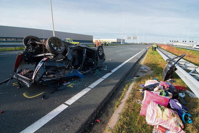 De auto met zeven inzittenden werd in volle vaart geraakt, in december 2015.
