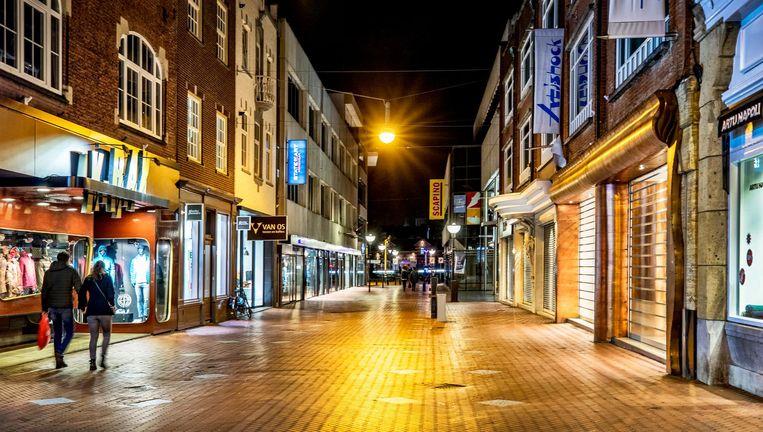 Dichte winkels in de Hooghuisstraat, hartje Eindhoven. Beeld Raymond Rutting