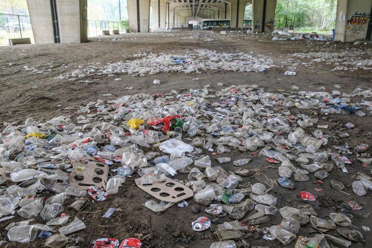 Het feest werd stilgelegd, maar er was blijkbaar tijd genoeg om veel afval te produceren en achter te laten.