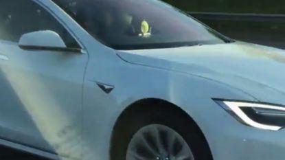Ophef in Verenigd Koninkrijk: Tesla-eigenaar kruipt op passagiersstoel en laat auto zelf rijden