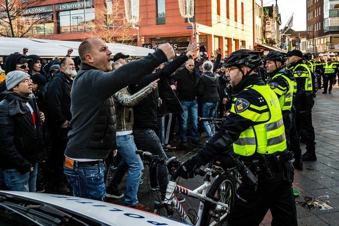 PSV-supporters schreeuwen naar de Kick Out Zwarte Piet-demonstranten.