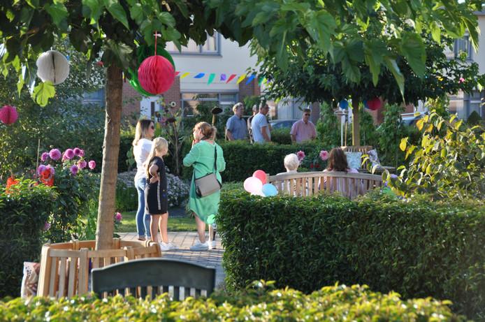 Onder een heerlijke avondzon waren bewoners van Elzenhoven vrijdagvond getuigen van de opening van de Beleeftuin bij hun woonzorgcentrum.